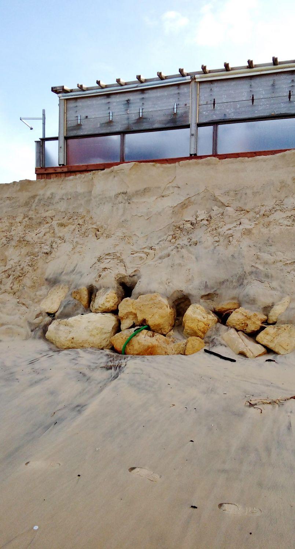 Trait de côte Bisarrossais : 9 mètres ont disparu encore sur une hauteur de 2m50 cet hiver.<br /> Pour Vincent Bawedin, la situation est inquiétante et la communauté de communes recharge en sable...