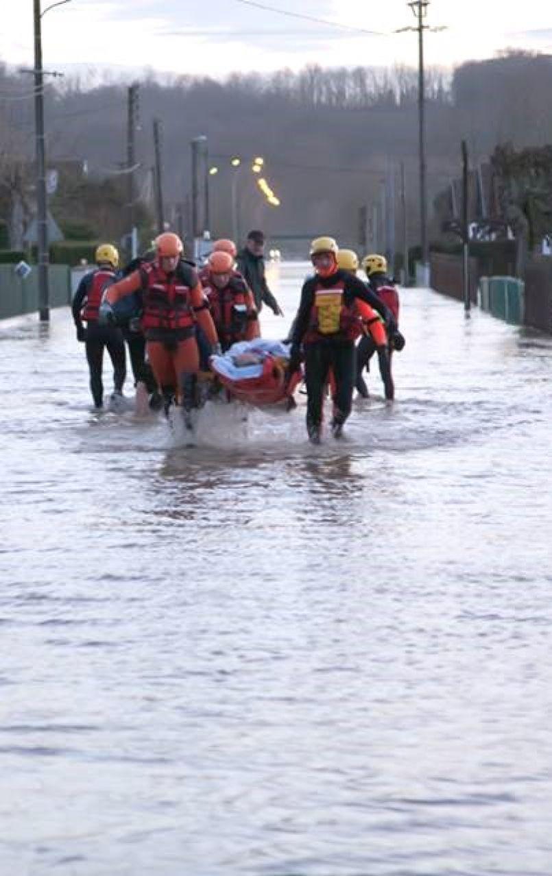Intempéries dans les Landes, le vent a encore soufflé privant 13 000 foyers d'électricité avec routes inondées...
