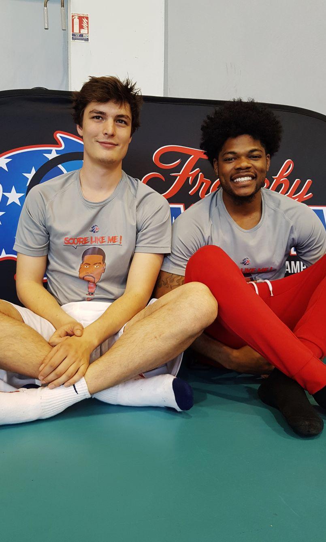 Des basketteurs américains à Biscarrosse. Leçon de balle orange pour nos têtes blondes