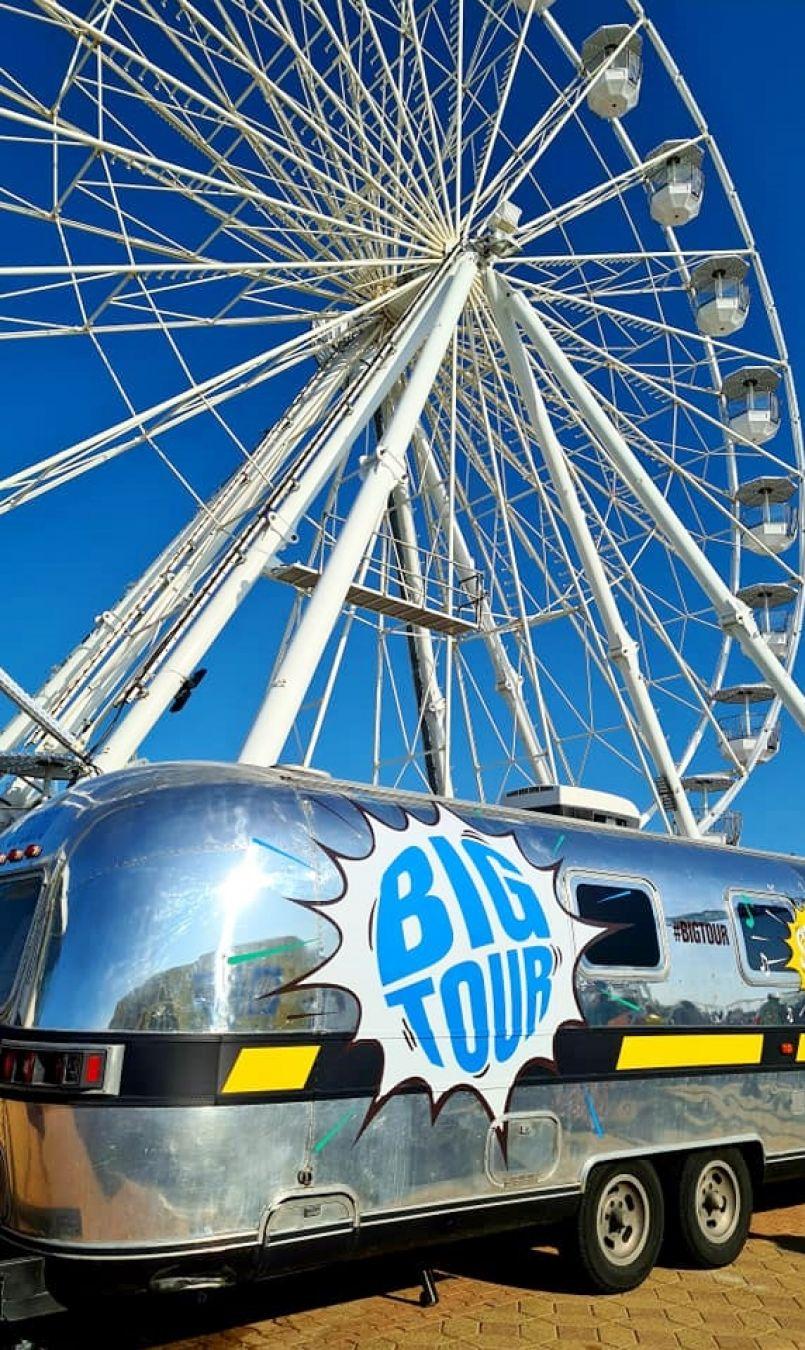 A Biscarrosse-Plage dimanche et à Vieux Boucau ce lundi, l'attraction Big Tour interpelle estivants et autochtones. Avec Pass Sanitaire obligatoire...