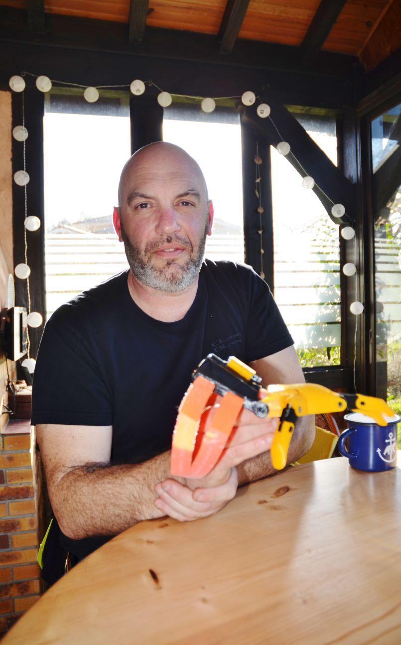 Il passe son temps à faire du bien. Rencontre à Mimizan avec Frédéric Viano, un maker avec son imprimante 3D presque anonyme...