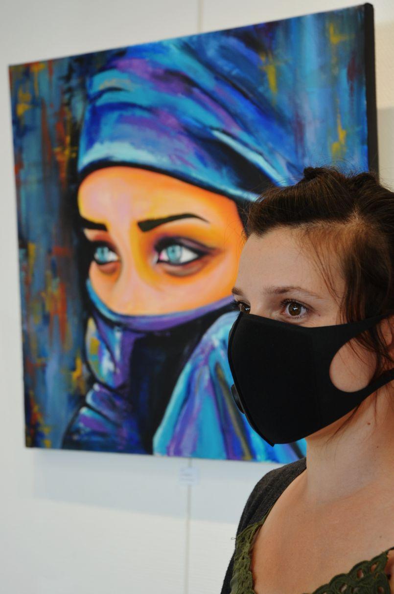 Sous les regards, bas les masques. Galerie de l'Orme de Biscarrosse, les couleurs de l'été avec les œuvres d'Amélie Granat et de Bernadette Petitpas