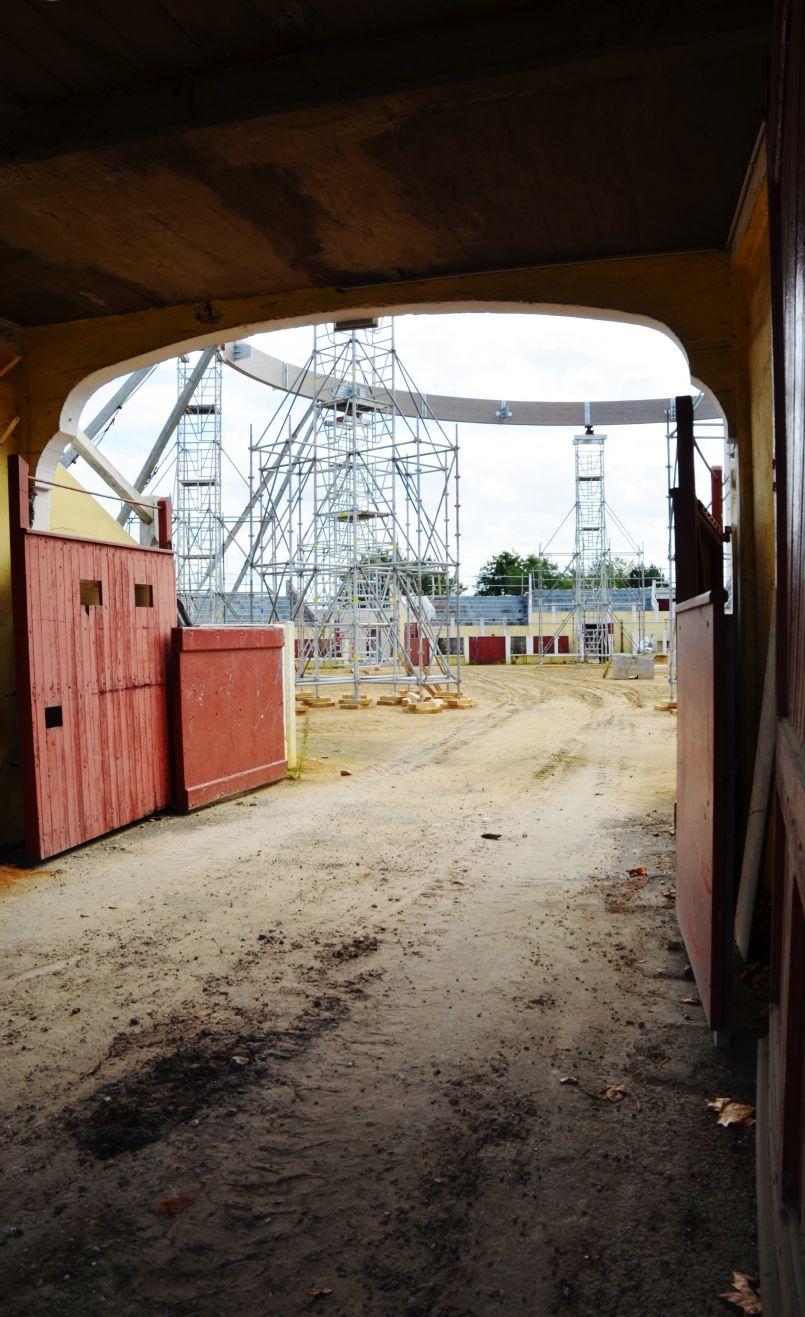 Restructuration des arènes (bientôt couvertes) Roland Portalier de Parentis en Born : la rédaction d'FGL a visité en exclusivité le chantier avec couronne désormais en place...
