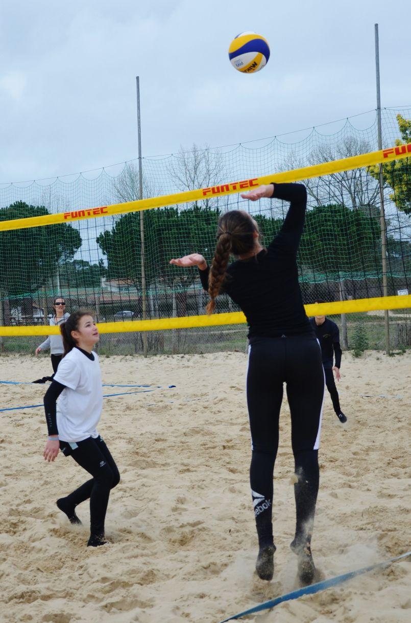 Dans ce contexte sanitaire, la Ligue de Volley Ball de Nouvelle-Aquitaine a perdu 25% de ses licenciés. A Biscarrosse, BO Volley et Bisca Beach s'adaptent sur le sable...