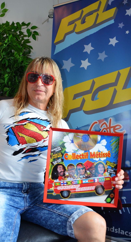 Le Collectif Métissé offre son disque d'Or à l'équipe d'FGL !