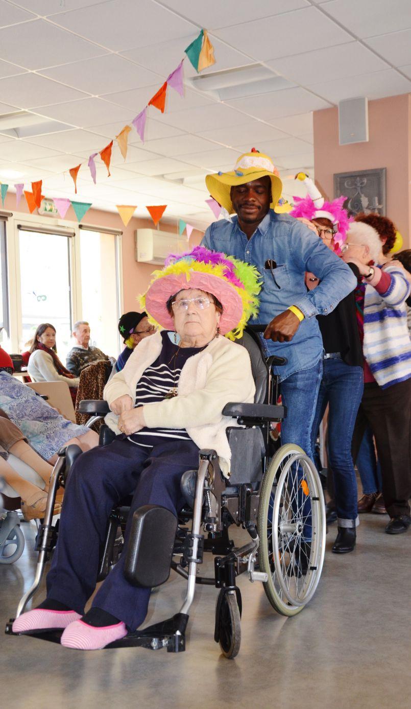 Chapeaux bas l'EHPAD de Biscarrosse ! Carnaval tout en couleurs pour positiver