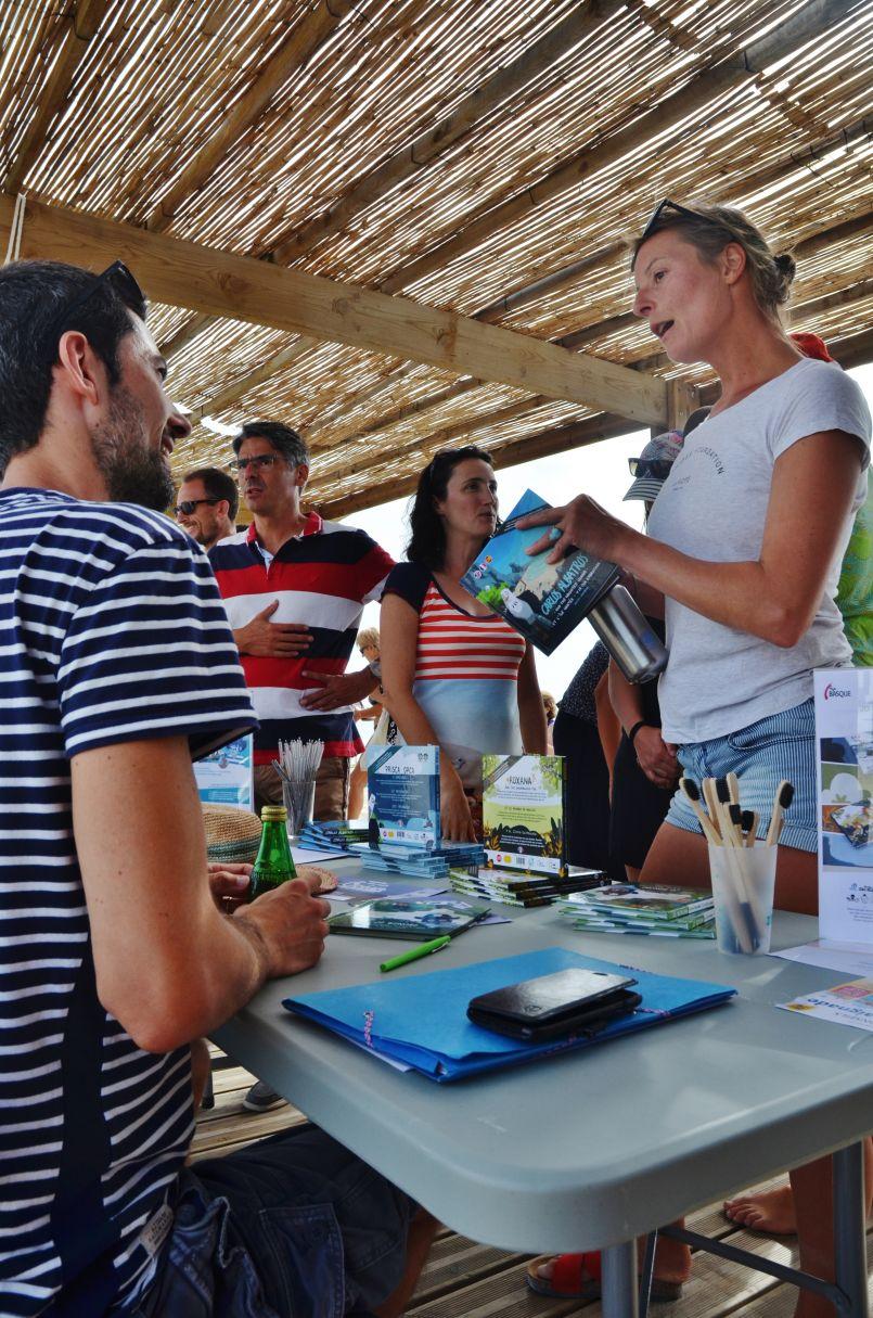 Rencontre à Biscarrosse-Plage avec Tom Frager et l'éditeur Vincent Jarvin. L'environnement, face à l'Océan...