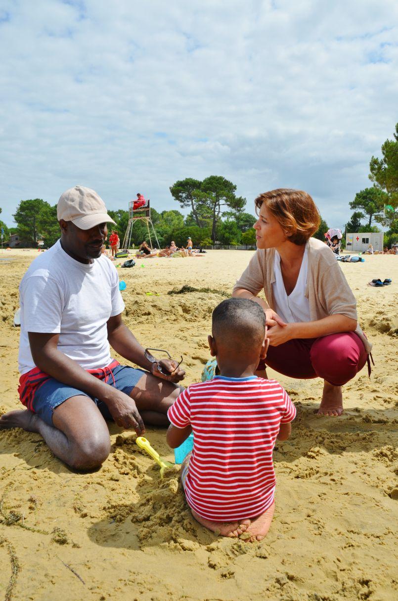 Les vacances des familles défavorisées du Secours Populaire : la Secrétaire d'Etat Christelle Dubos les a rencontrées à Biscarrosse...