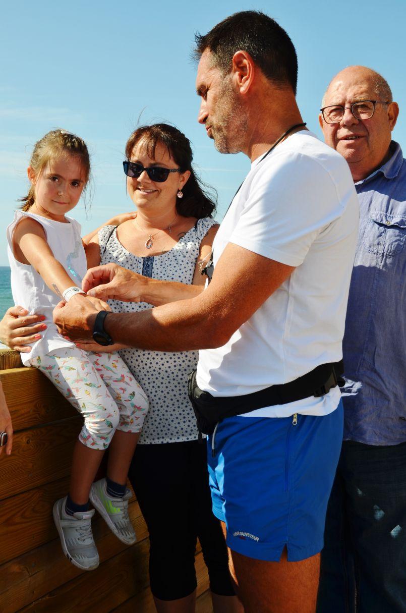 Sur la plage, ne les perdez plus. Demandez au CRS/MNS le 'Bracelet de plage' de votre enfant...