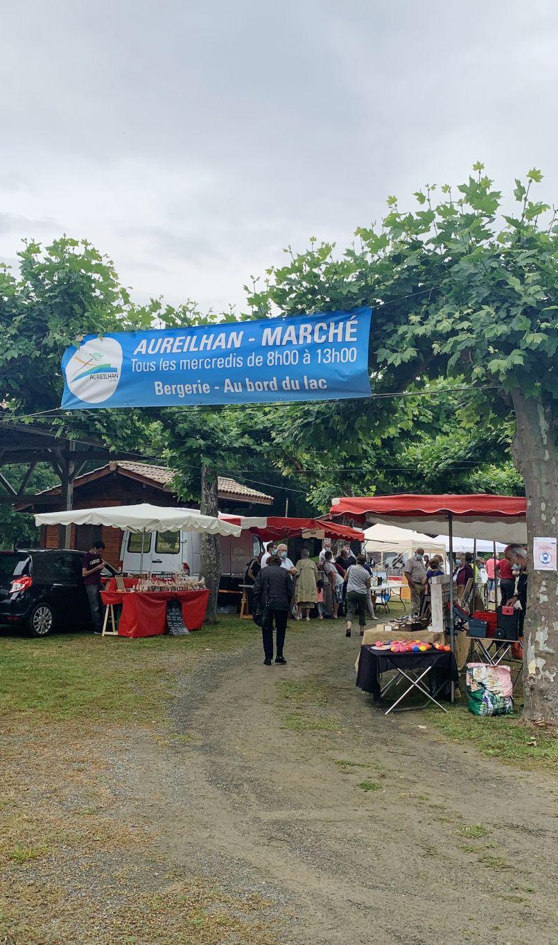 Reportage au cœur du premier Marché estival d'Aureilhan, près de Mimizan. Interviews de chalands, de commerçants et du maire Jean-Richard St Jours.
