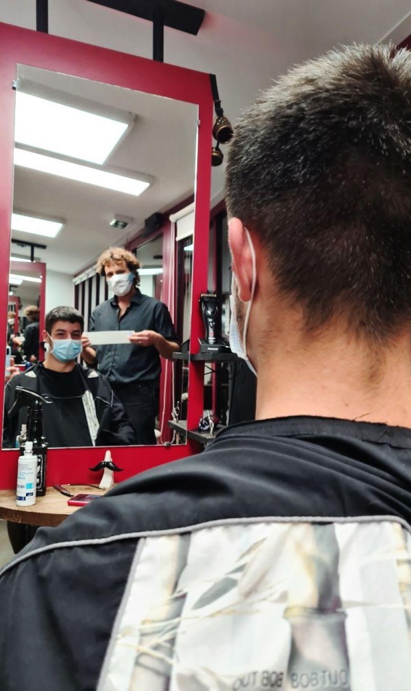 Nocturne d'avant confinement ce 29 octobre pour des coiffeurs landais. Notre reportage à Biscarrosse-Plage où patron et clientèle se sont exprimés...