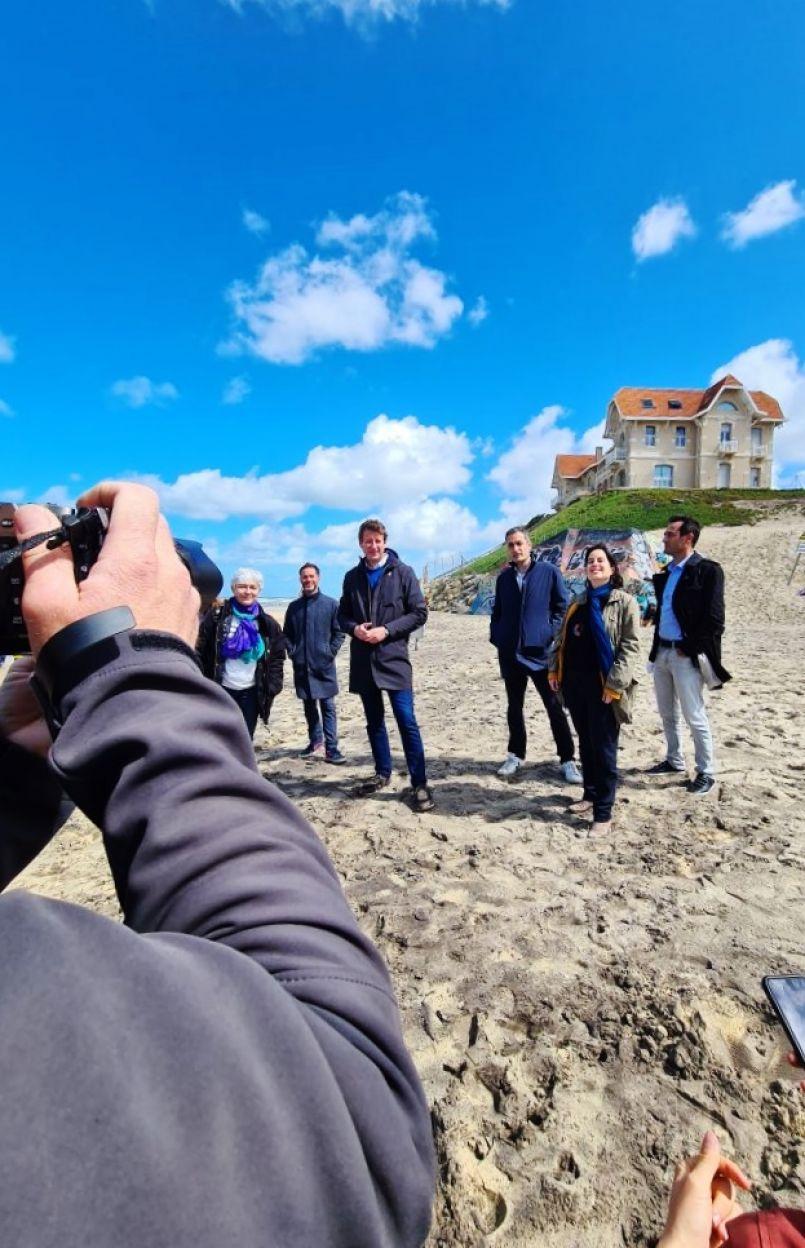 Biscarrosse-Plage (40) : Yannick Jadot et Nicolas Thierry (EELV) ont foulé le sable des villas dites 'jumelles', dans le cadre de la campagne des 'Régionales 2021'.